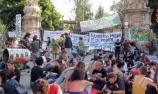Protesta pacífica a la porta del Parc de Ciutadella. Foto del diari de Balears